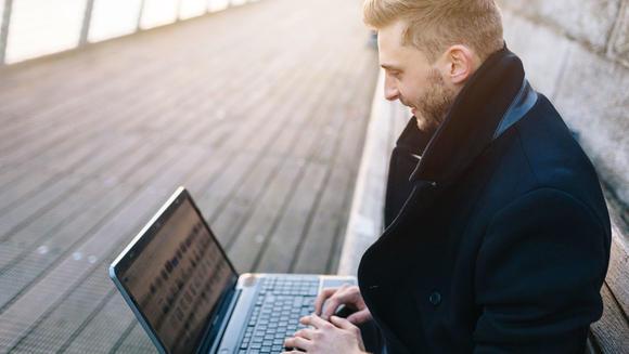 Student med laptop. Nettstudier illustrasjonsfoto.