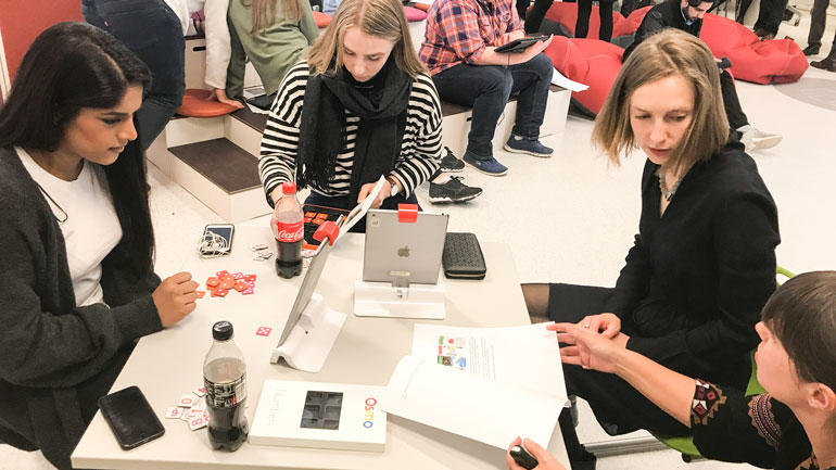 statsråd Nybø og lærerstudenter i DigTekLab