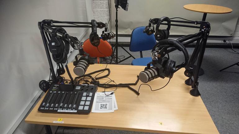 Bilde av studiobord med mikrofoner