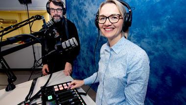 HAR TRO PÅ PODCAST:  Podcaster og visedekan Pia Bing-Jonsson inviterte leder for USN Digital Stig Wahlstrøm inn i ministudioet på campus Vestfold. Foto